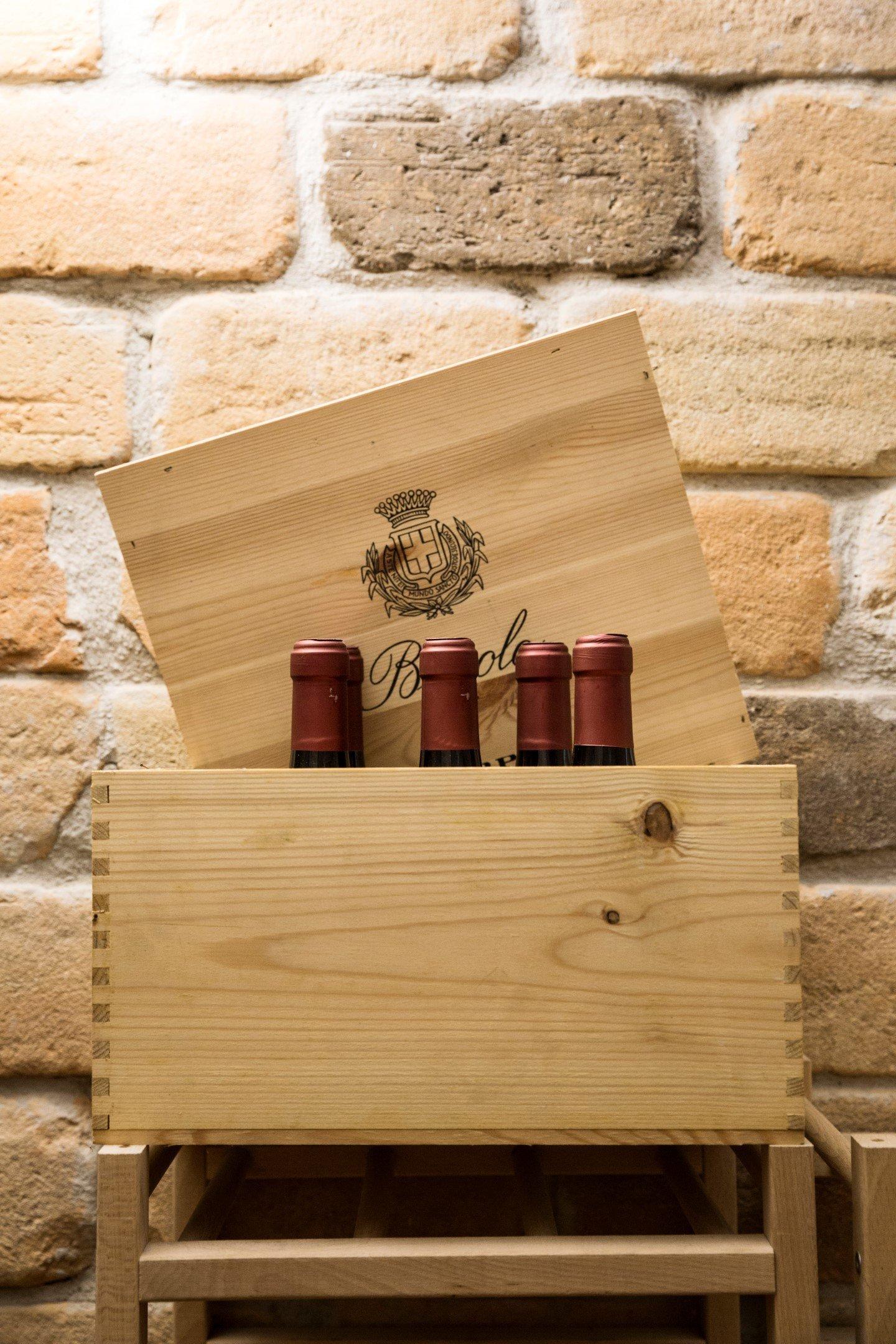 delle bottiglie di vino in una cassetta di legno