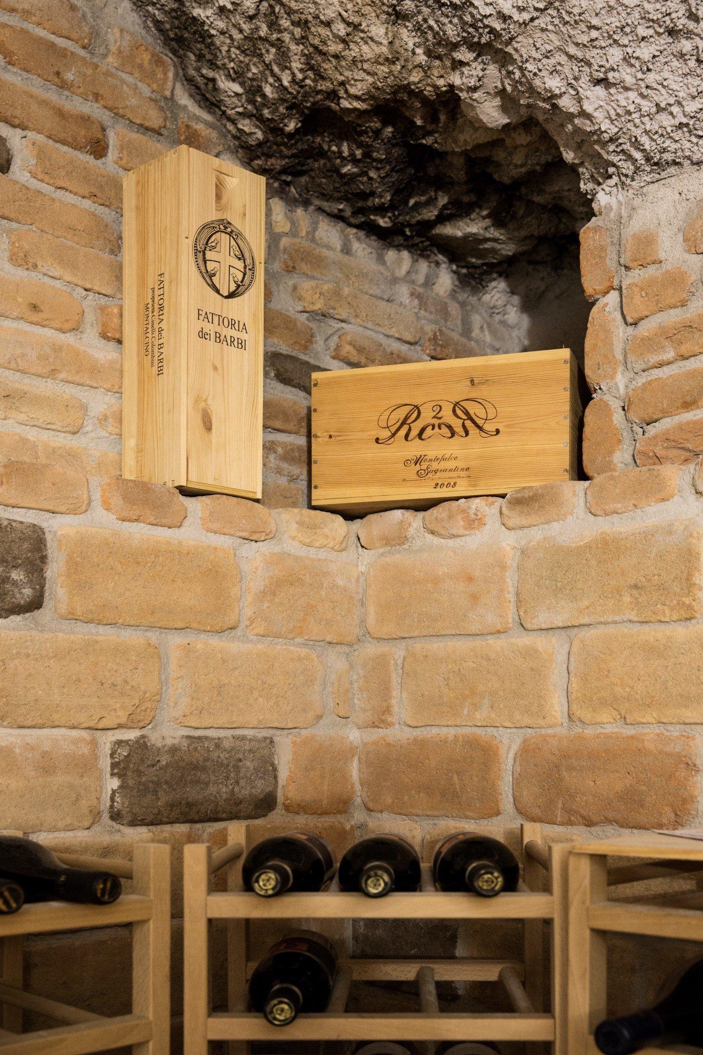 angolo in mattorni con delle bottiglie di vino in una bottiglieri