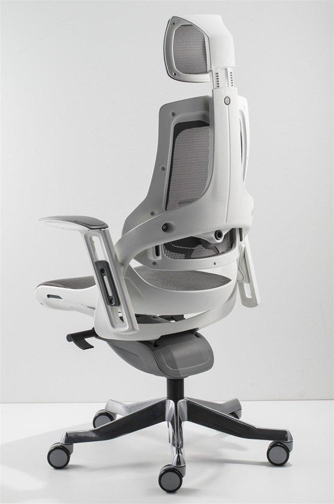 sedia ergonomica grigia di spalle