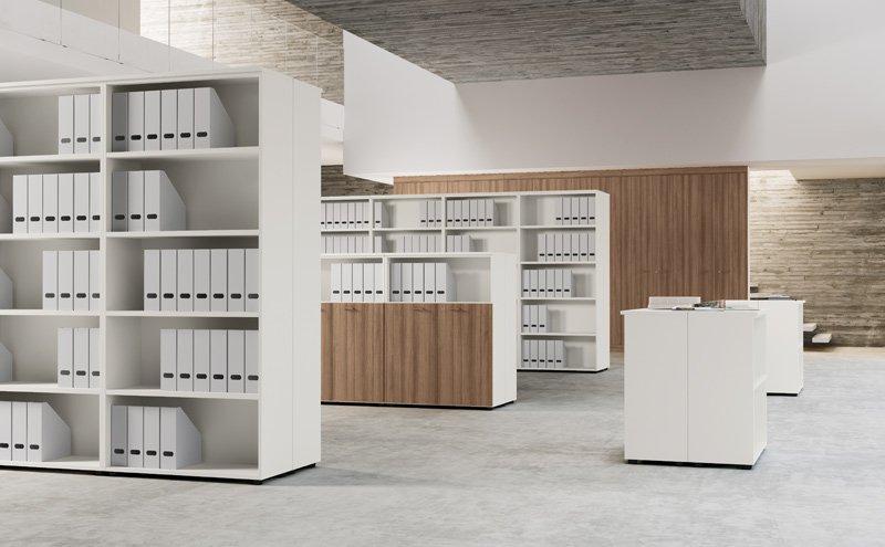 Serie di librerie e classificatori bianchi con inserti in legno