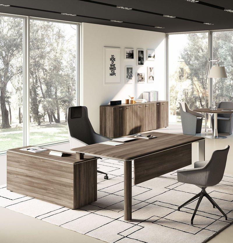 Ufficio con mobili in legno, vetrate e sedie ergonomiche