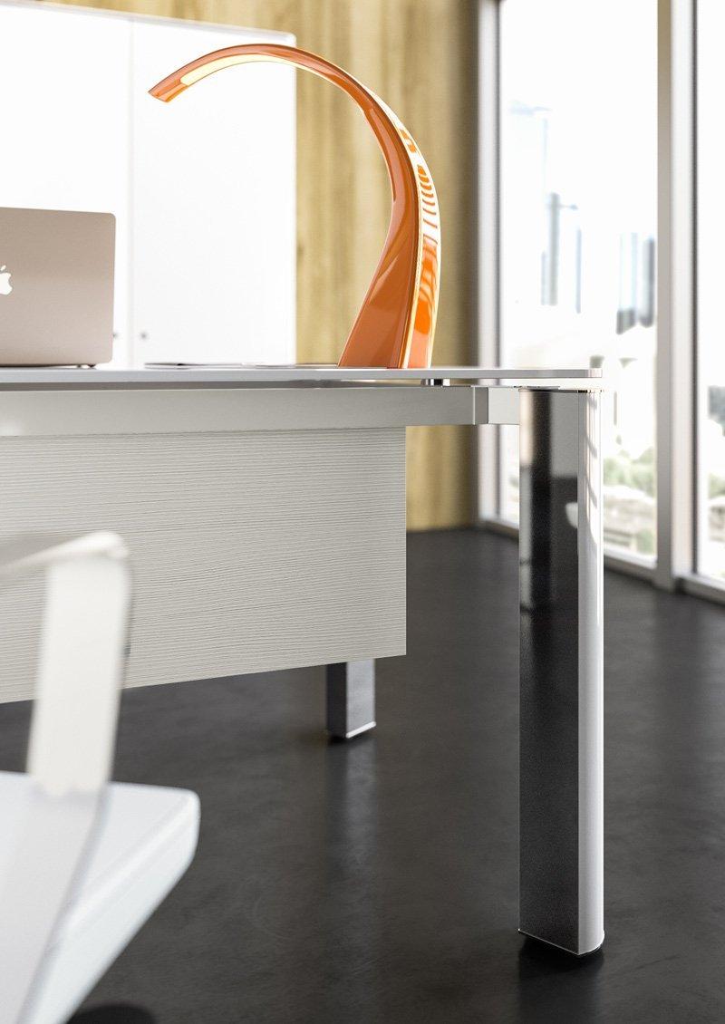 scrivania con lampada arancione