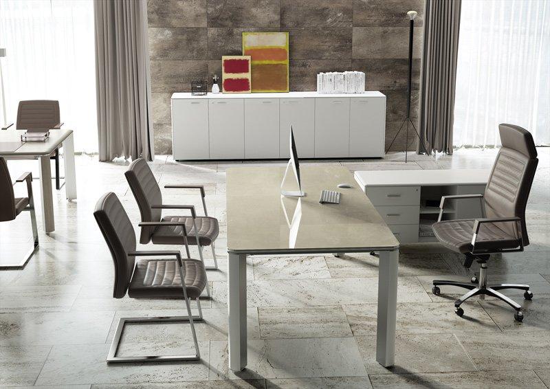 angolo cucina e living con sedie e tavolo di design