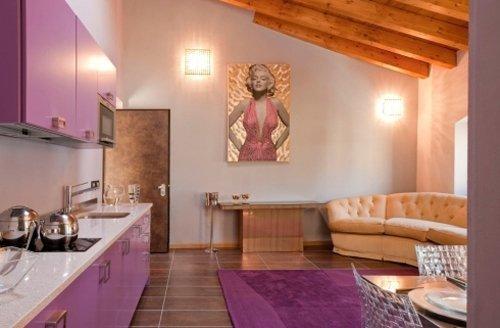 sala con bancone di una cucina con mobili