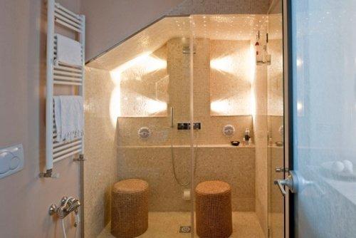 bagno con box doccia in vetro