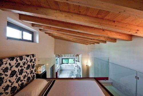 vista interna di una casa con soffitto in legno e mobili
