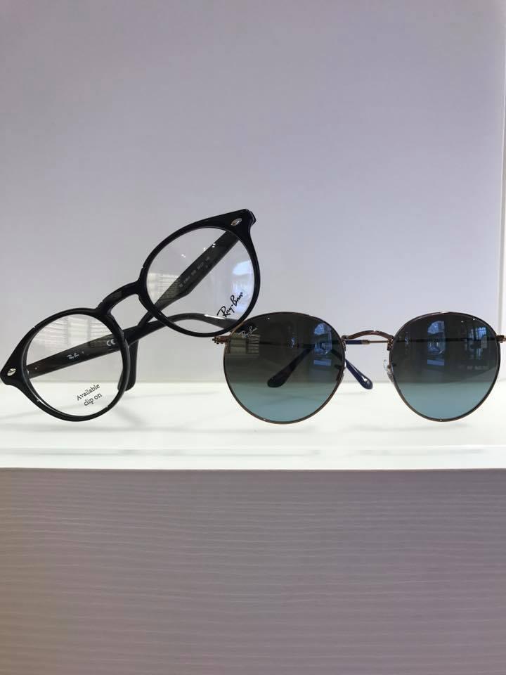 un paio di occhiali da vista e uno da sole