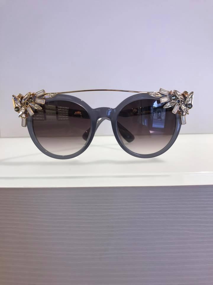 occhiali da sole con pietre ai lati