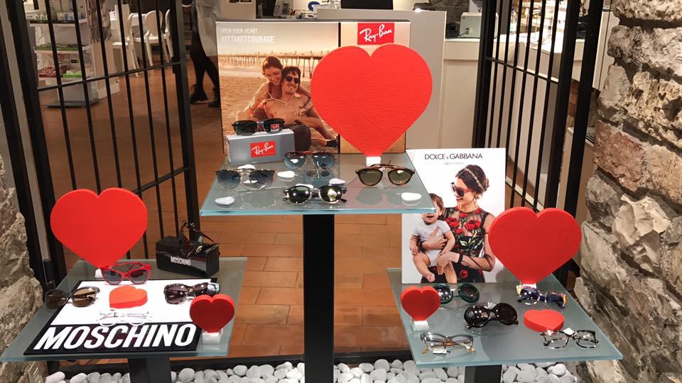 diverse marche di occhiali esposte per festeggiare per San Valentino