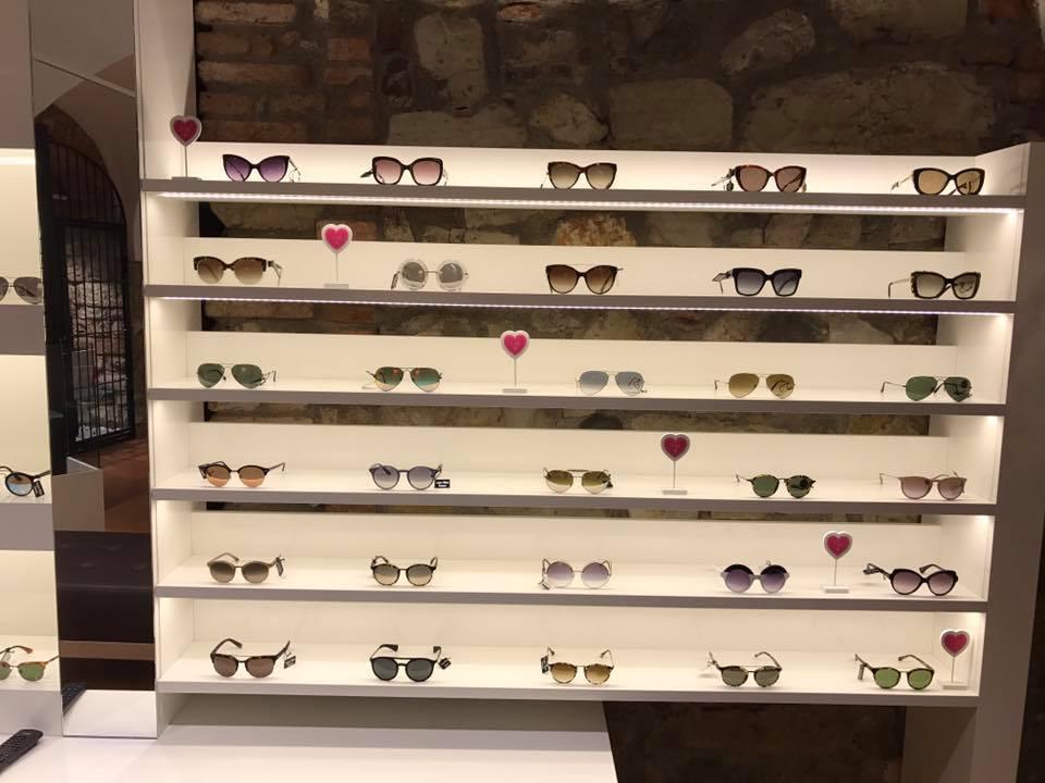 esposizione dentro al negozio di occhiali da sole