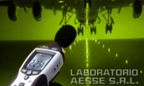 microfono vicino a un aereo che atterra con scritta LABORATORIO AESSE SRL