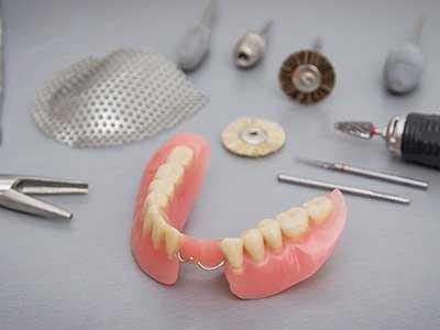 una protesi dentale mobile e degli attrezzi odontoiatrici