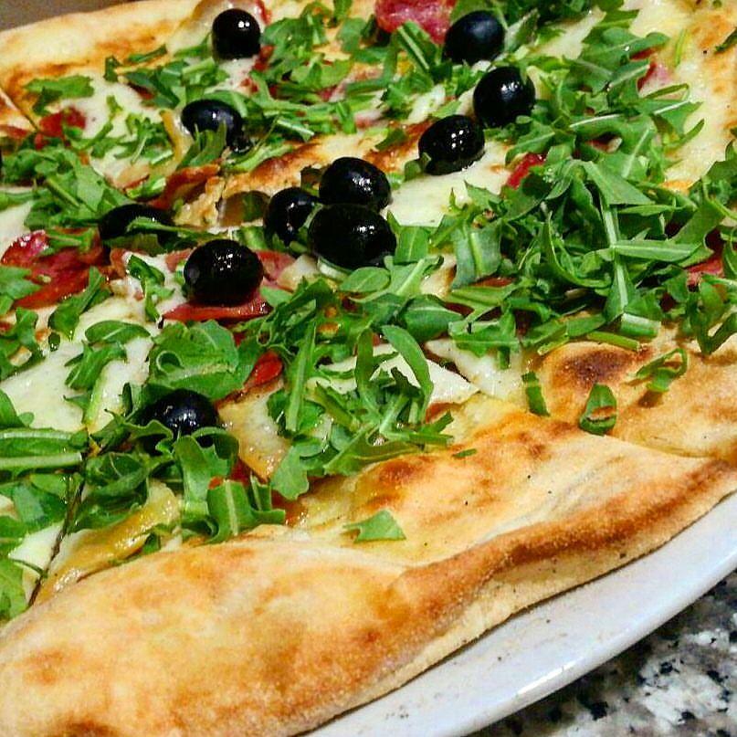 Pizza rucola, pomodoro e olive