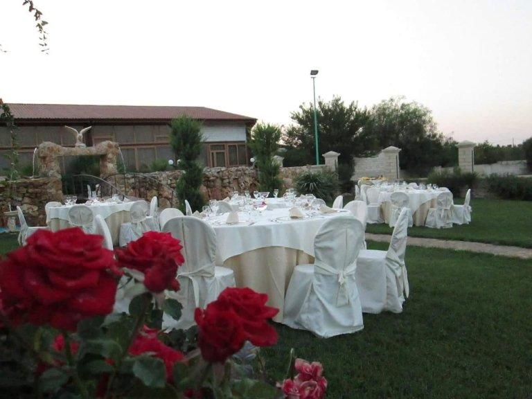 Vista ravvicinata delle rose e dei tavoli apparecchiati