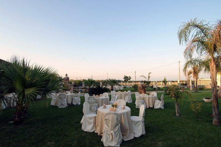 Dei tavoli in un prato e vista del cielo chiaro