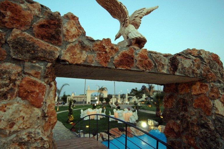 Vista ravvicinata di un'arcata con una statuetta di un uccello