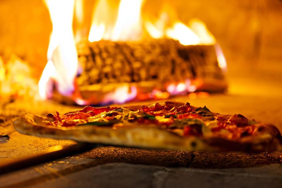 pizza dentro un forno a legna