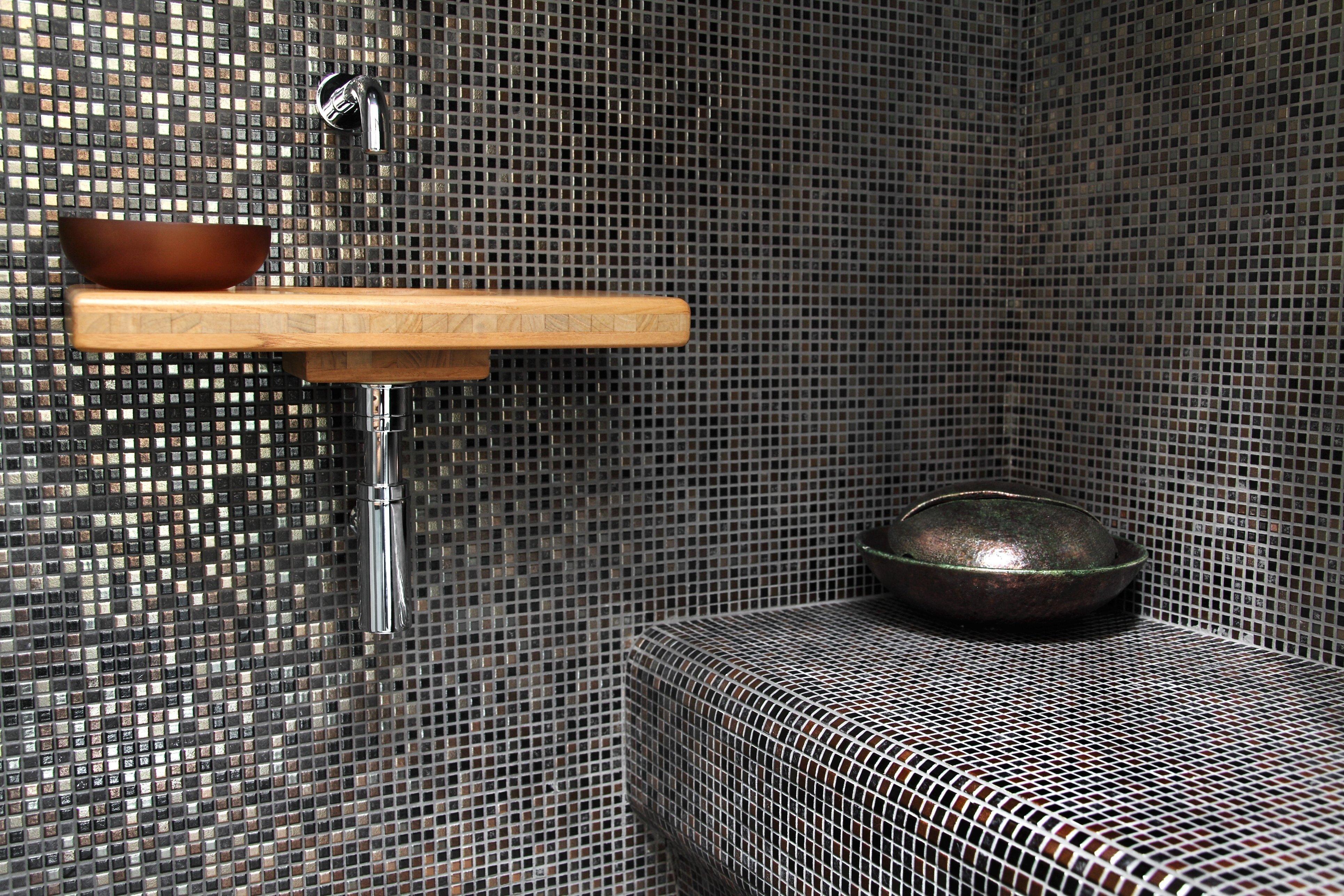 Bagno con mattonelle a mosaico.