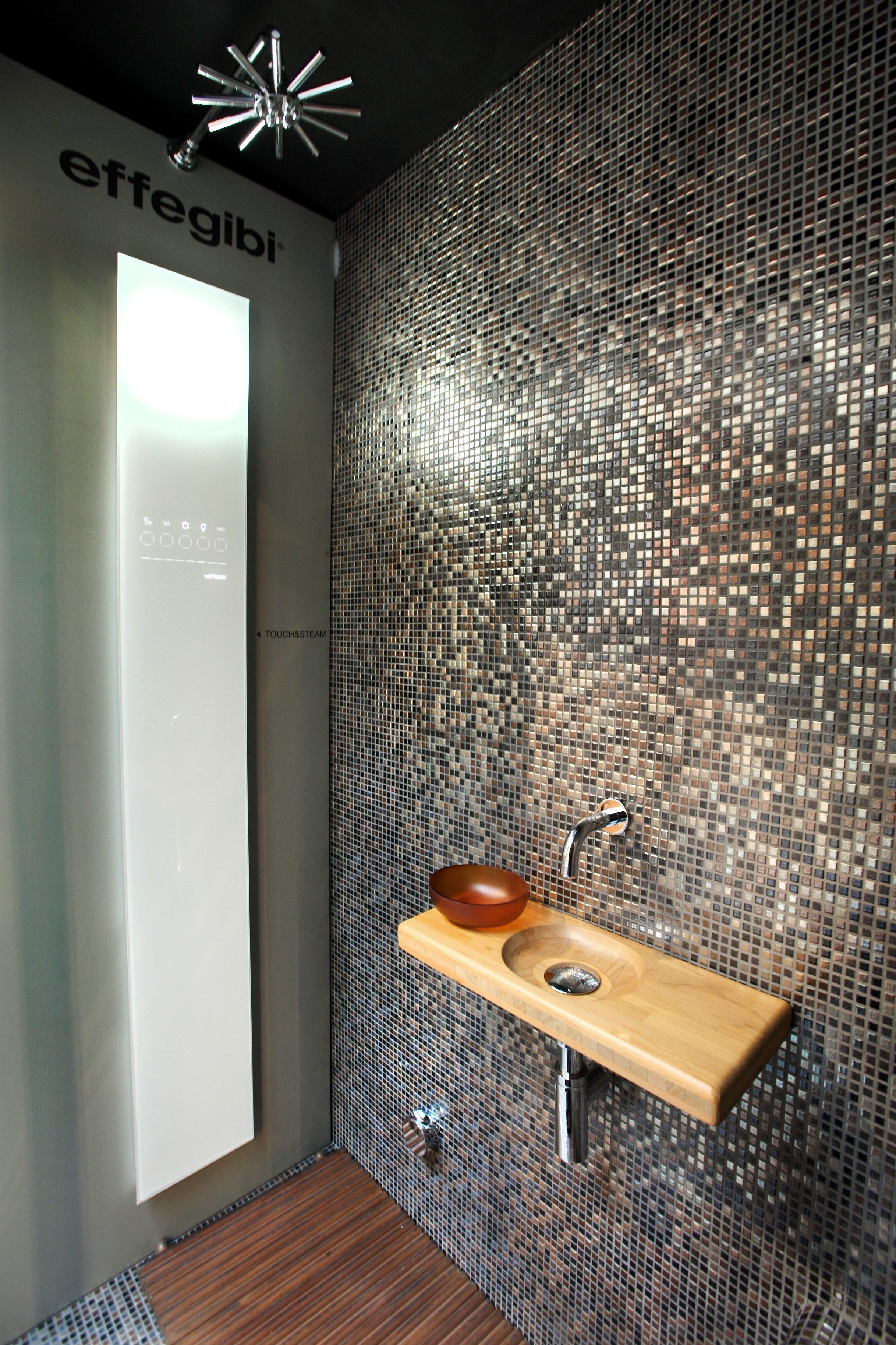Vista laterale di  un bagno in legno.
