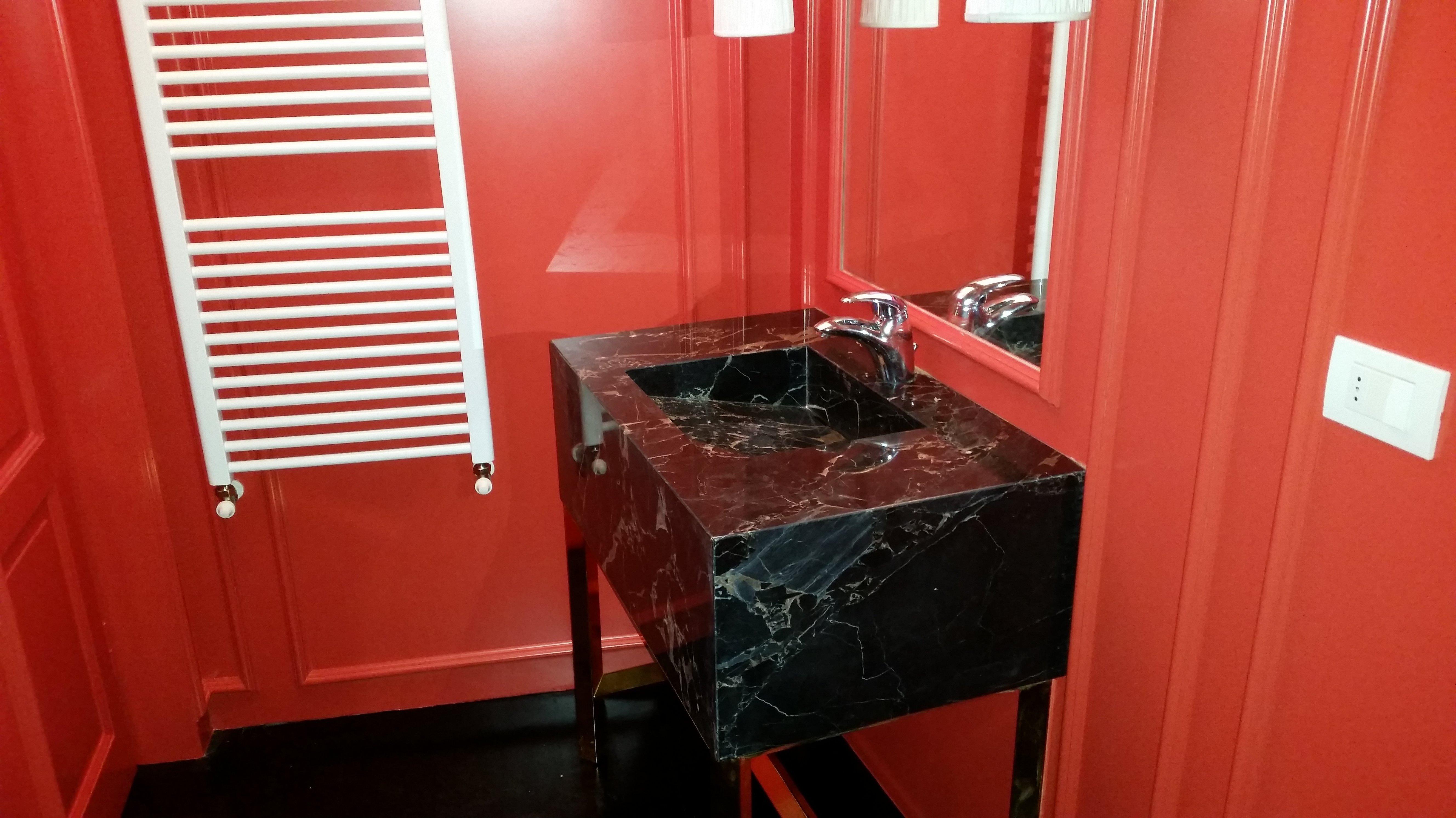 Lavello nero con parete rossa
