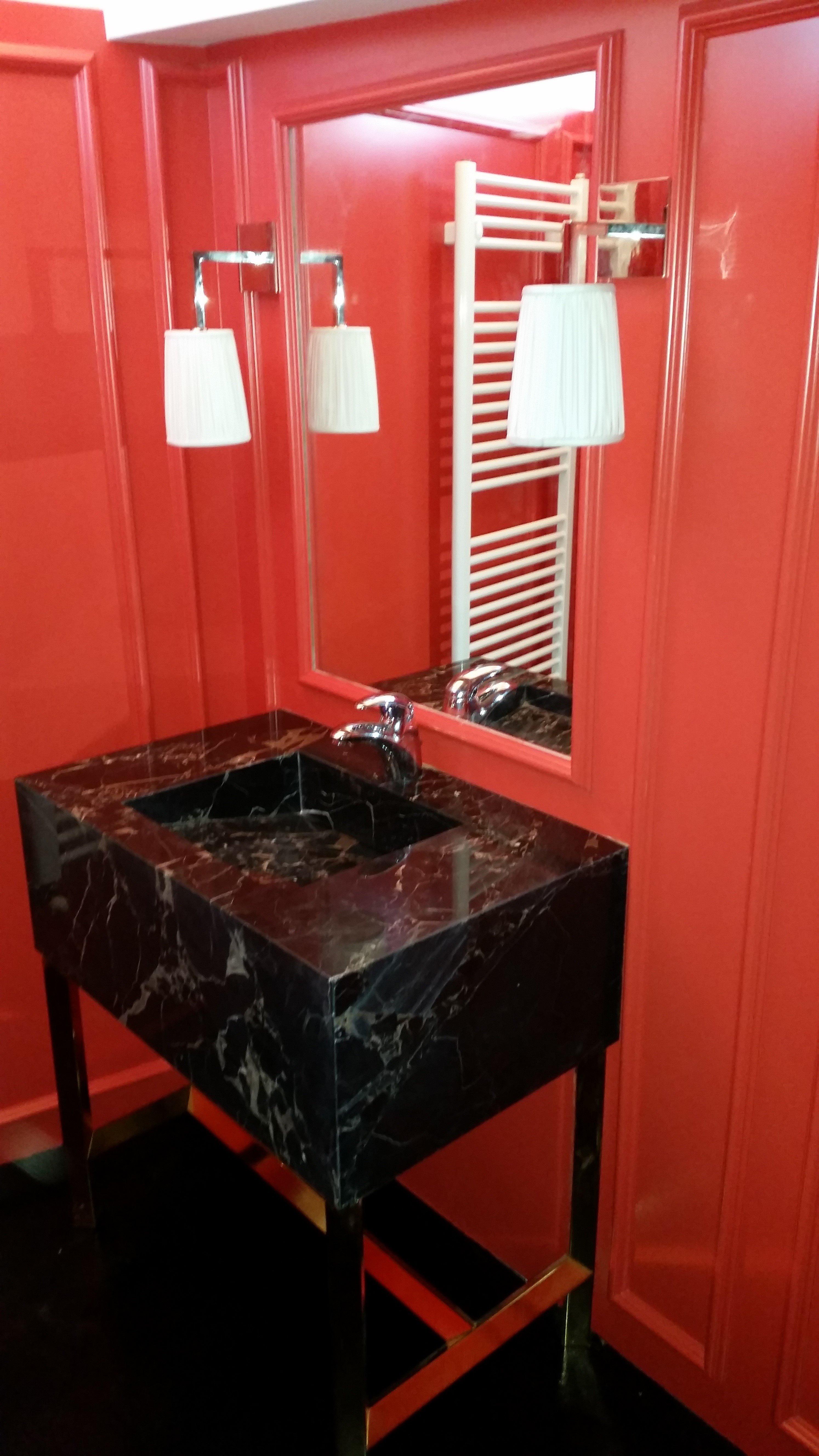 Lavello nero in bagno rosso altra visuale