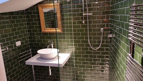 A destra doccia, a sinistra lavello da incasso.