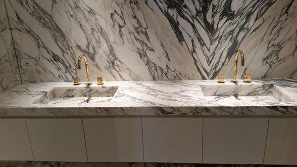 2 lavelli con piano e parete in marmo.