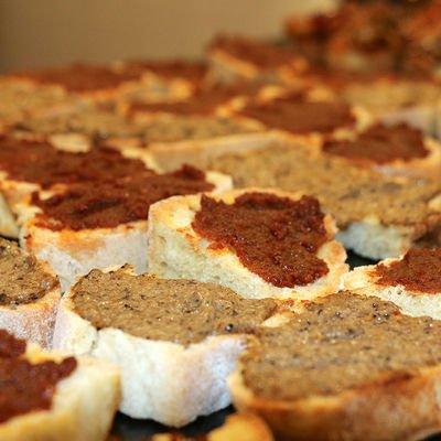 boccone crostini di pane con diverse salse