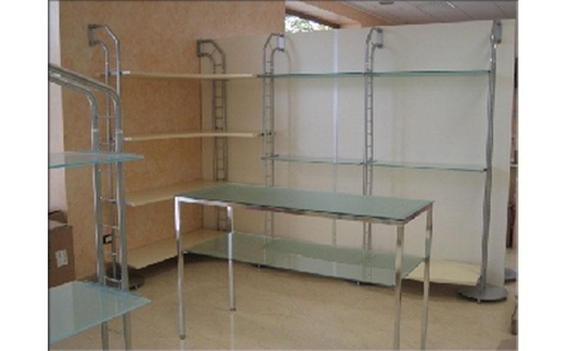 scaffali e tavolino in vetro