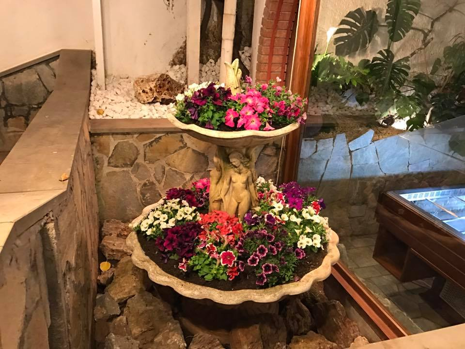composizione floreale all'esterno del ristorante