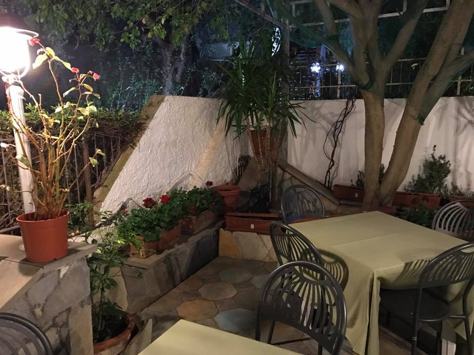 cortile del ristorante con tavoli