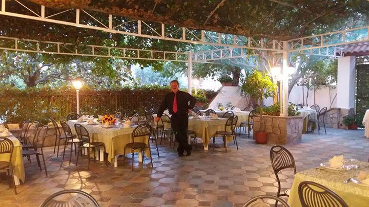 Tavoli del ristorante apparecchiati all'esterno