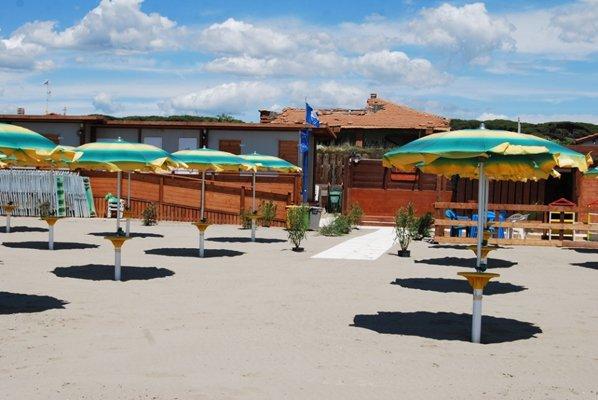 vista  frontale di una spiaggia con passerella ed ombrelloni