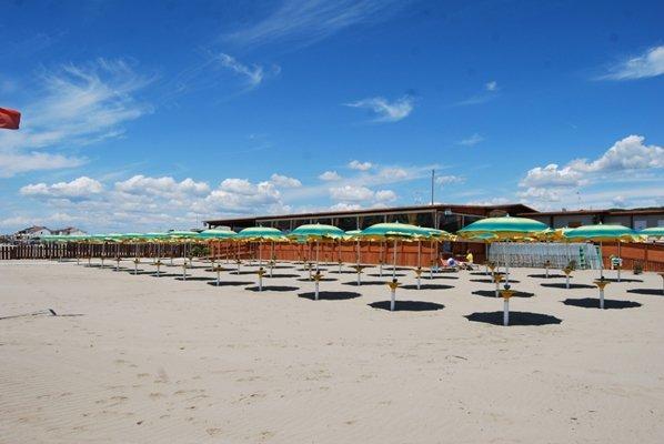 vista di una spiaggia con ombrelloni