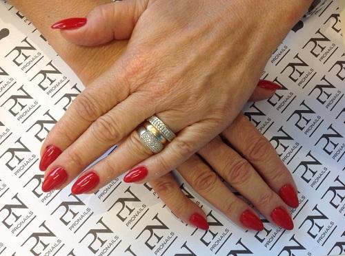 due mani con smalto di color rosso