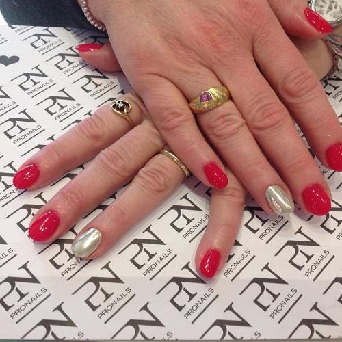 delle mani con delle unghie rosse e grigie