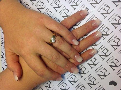 le unghie a gel di color beige