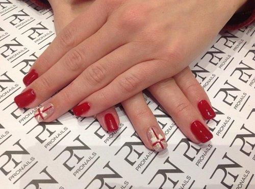 le unghie a gel di color rosso