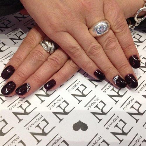 delle mani con le unghie bordeaux