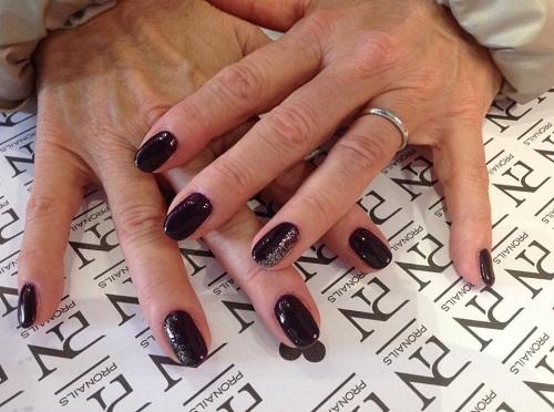 due mani con smalto di color viola
