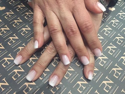 delle mani con delle unghie rosa chiare