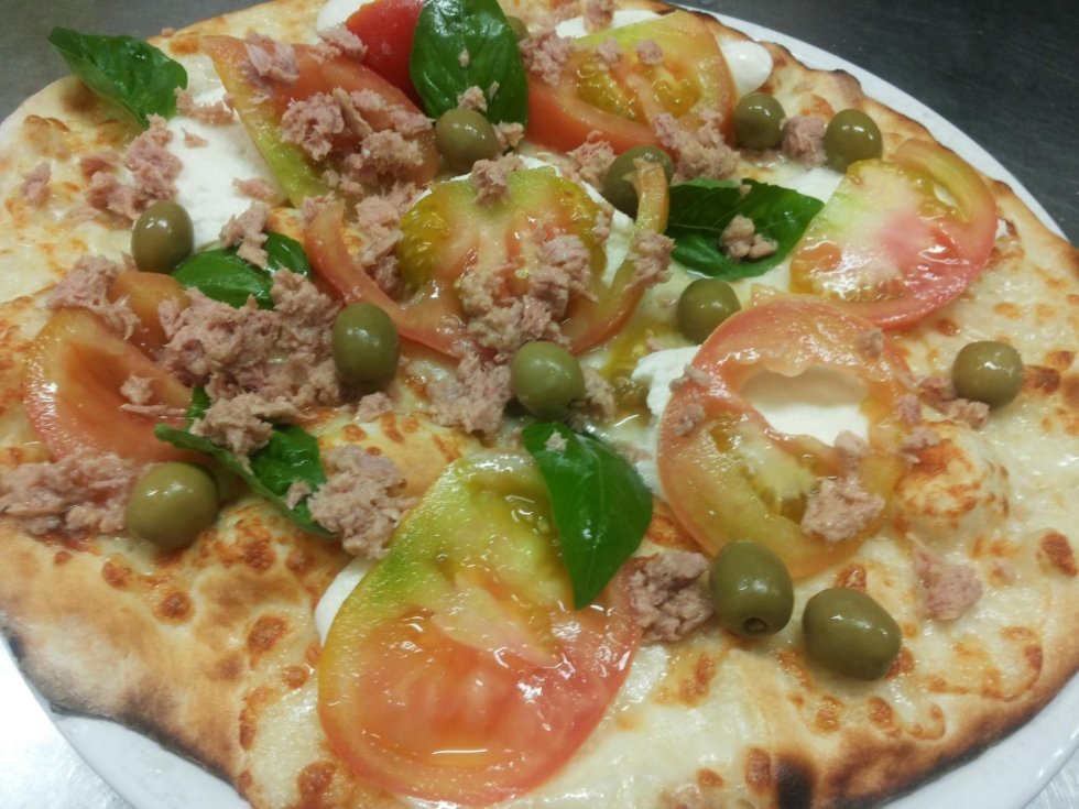 Pizza pomodoro bufala olive basilico e tonno