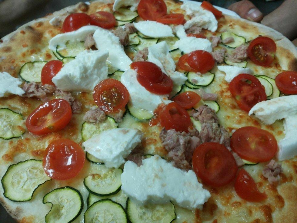Pizza zucchine tonno bufala e pachino