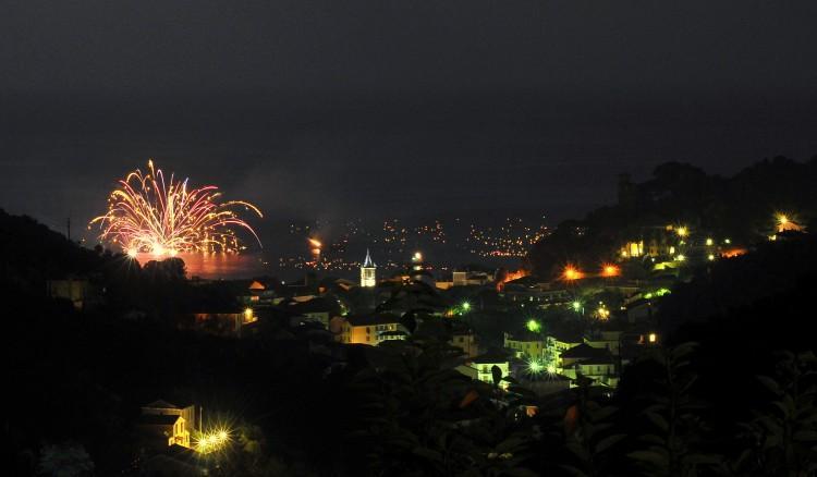 vista notturna della zona residenziale con fuochi d'artificio colorati