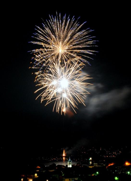 felice anno nuovo con sfondo fuochi d'artificio