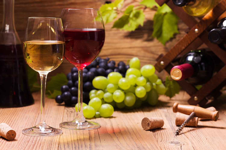 Uva con vino rosso e bianco