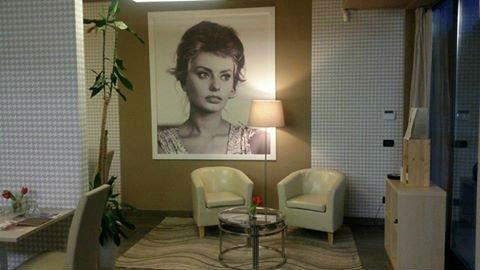 due poltrone, un tavolino e un quadro di Sofia Loren