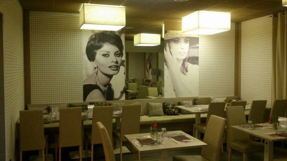 interno di un ristorante con foto di Sofia Loren alle pareti