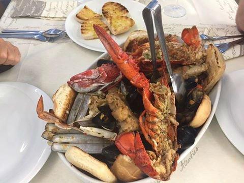 un piatto a base di pesce e una pinza