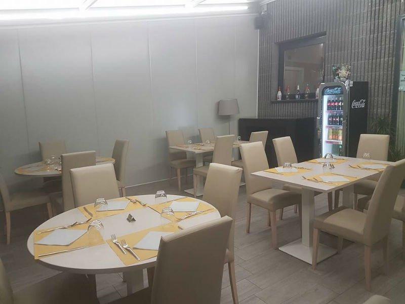 tavoli e sedie all'interno del ristorante
